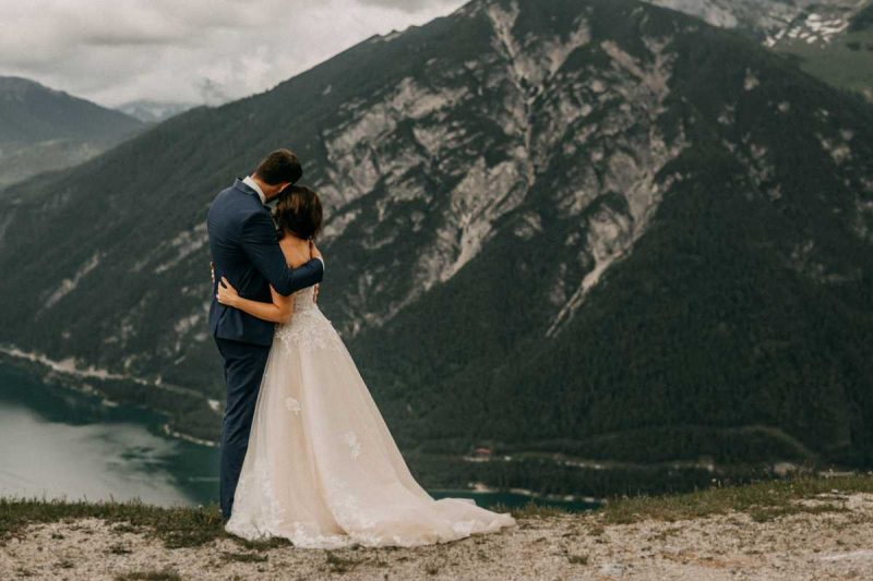 Brautpaarshooting vor Bergkulisse in Oesterreich