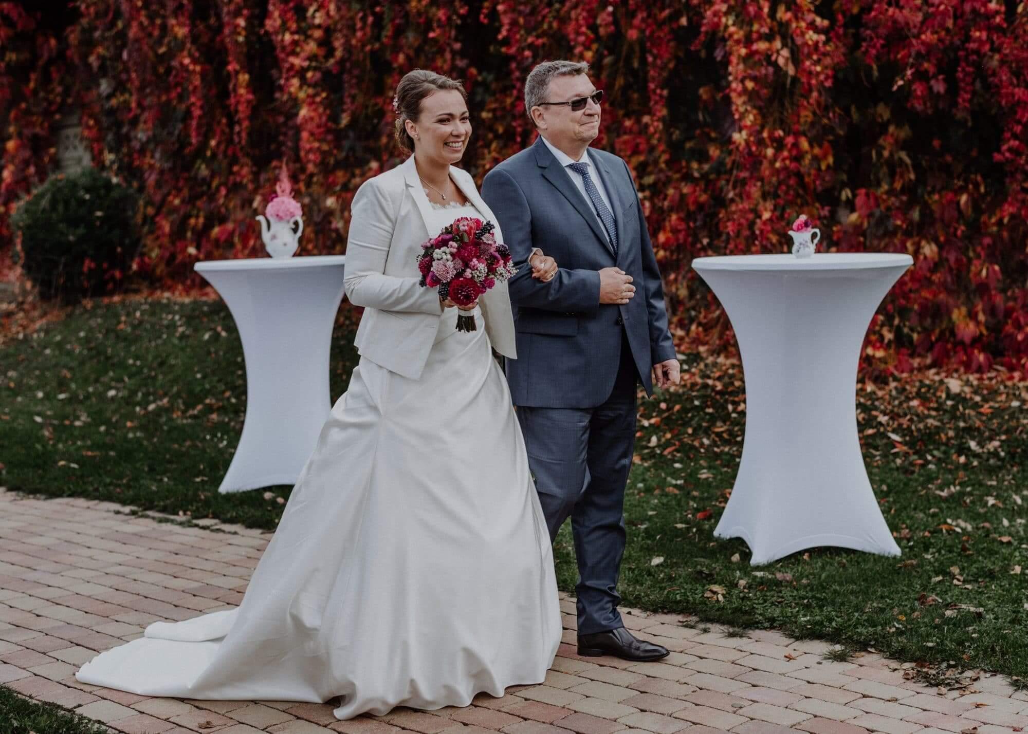 Einzug der Braut mit Brautvater zur freien Trauung
