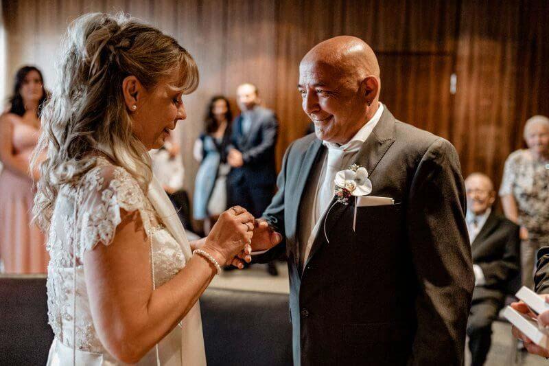 Brautpaar bei der Ringuebergabe im Standesamt