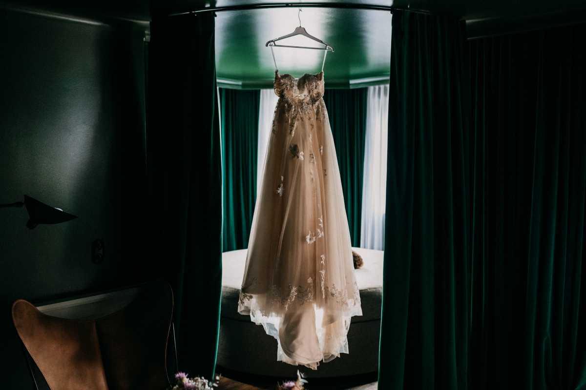 Brautkleid haengend mit Schleppe