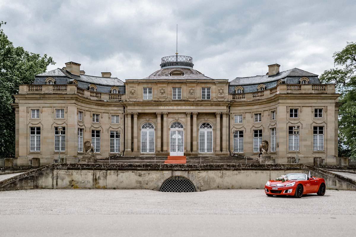 Hochzeitslocation Schloss Monrepos mit rotem Hochzeitsauto