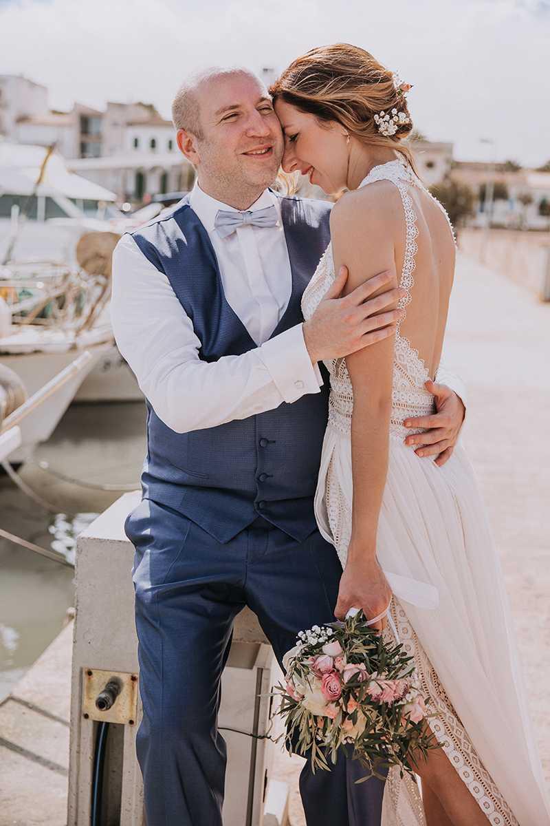 Braut und Braeutigam beim Paarshooting im Hafen