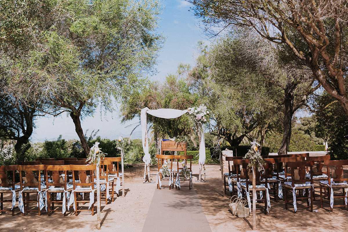 Traubogen und Stuehle fuer die freie Trauung unter Olivenbaeumen