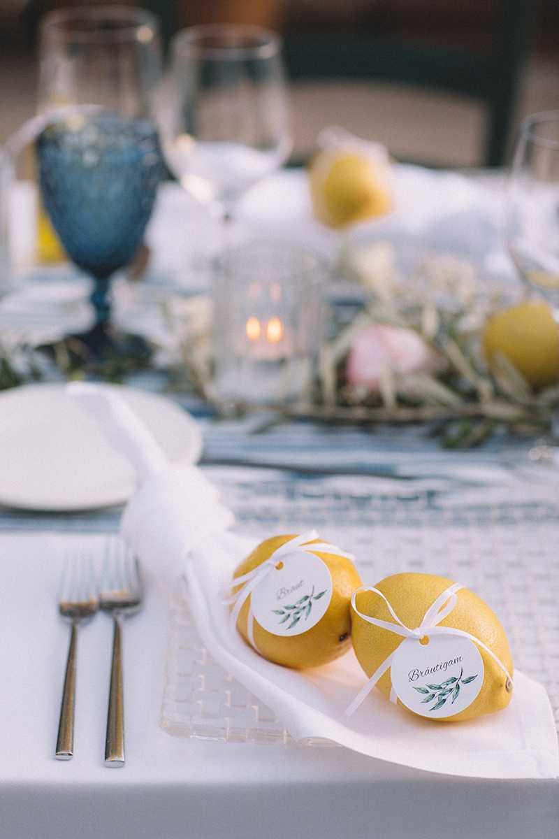 Zitronen mit Namensschildern auf einer Serviette