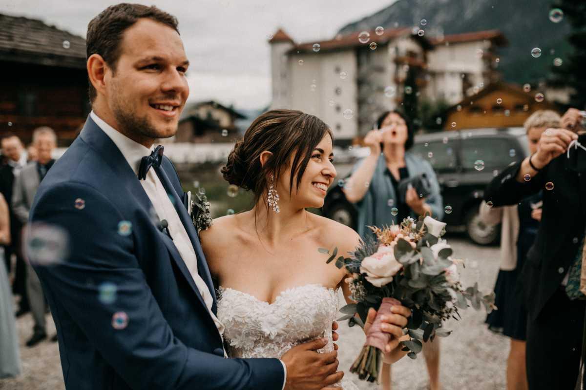 Brautpaar nach der freien Trauung inmitten von Seifenblasen