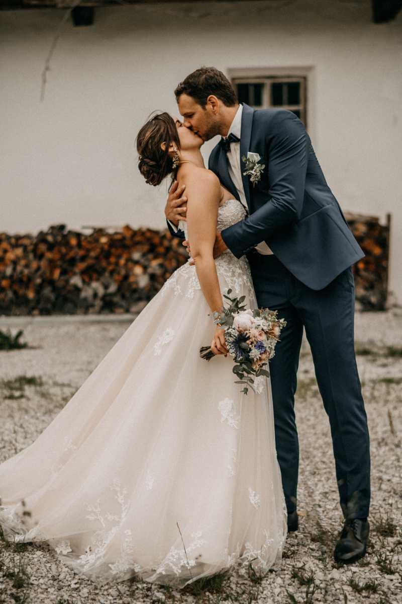 Brautpaarshooting vor Fachwerkhaus am Achensee