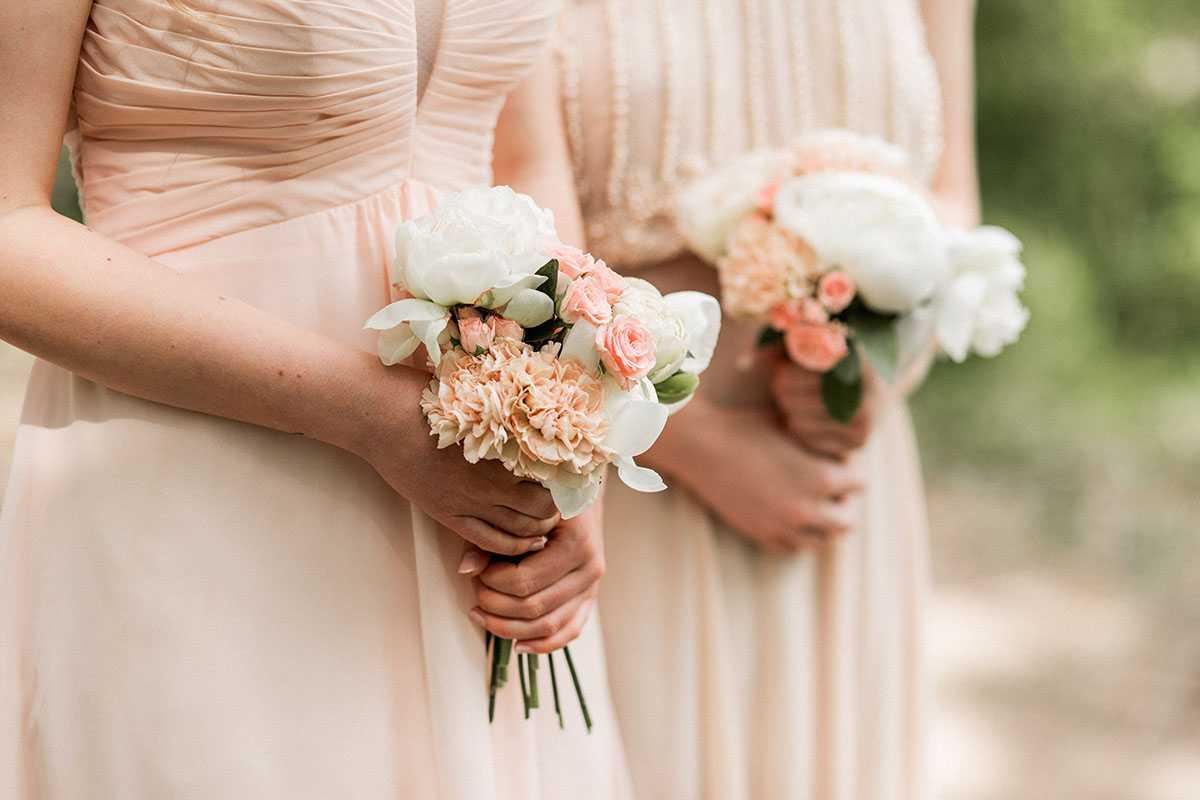 Brautjungfern mit Blumenstrauss in Pastellfarben
