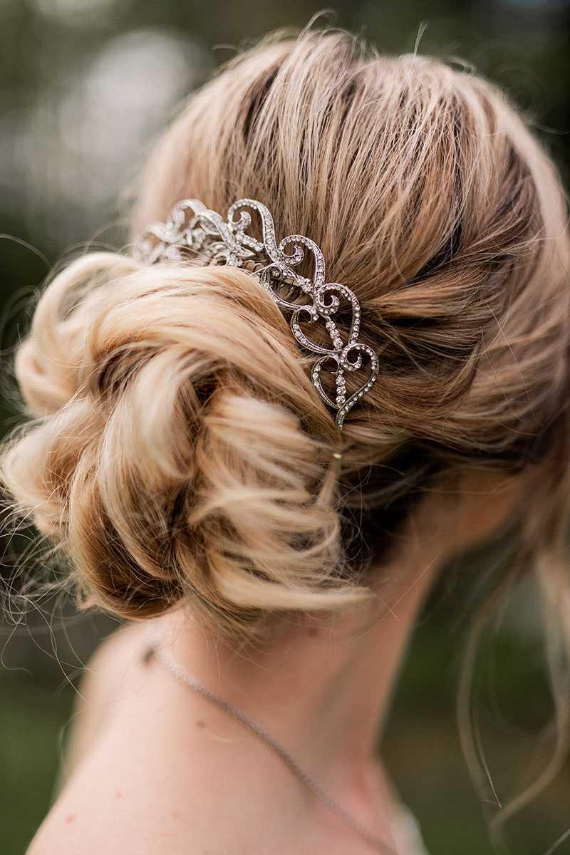 Brautfrisur mit glitzerndem Haarschmuck