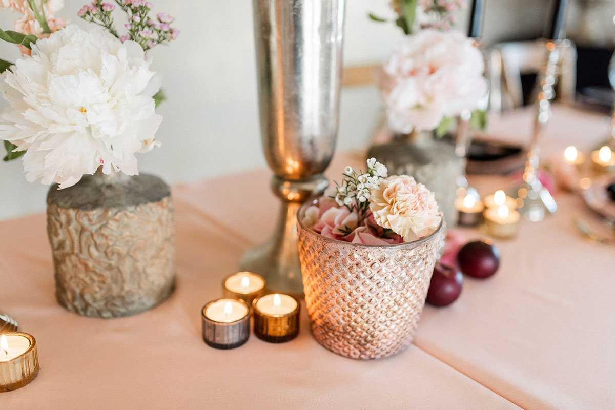 Tischdekoration mit Blumen und Kerzen