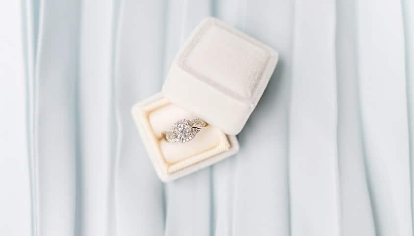 Verlobungsring mit Diamant in Ringschatulle