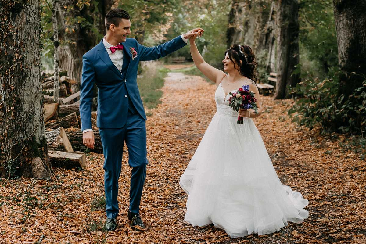 Händchenhaltendes Brautpaar beim Paarshooting im Park Bad Imnau