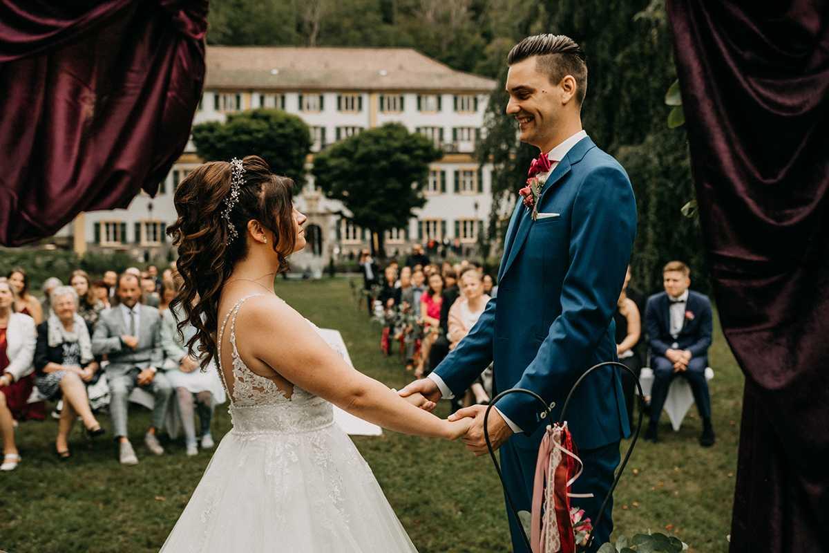 Brautpaar während der freien Trauung im Park