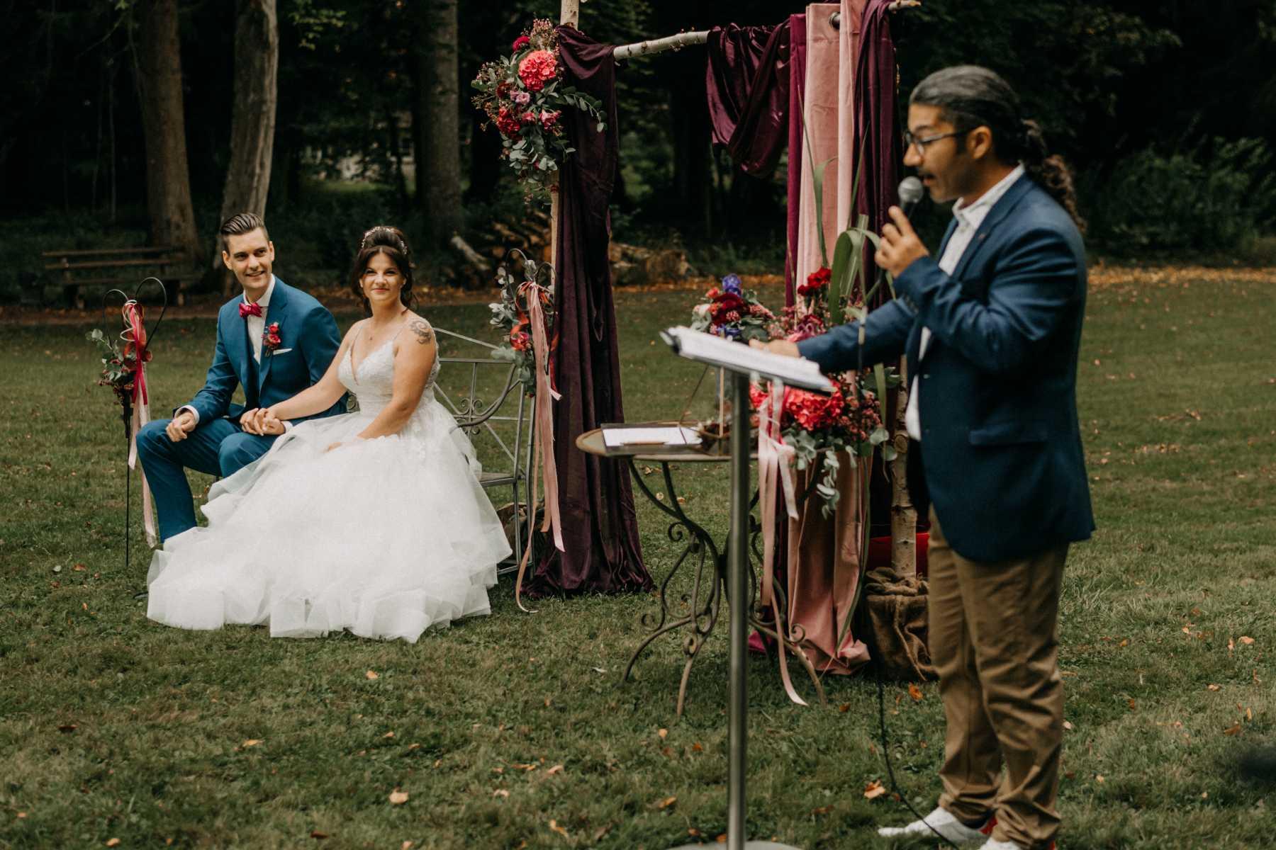 Brautpaar mit Trauredner bei der freien Trauung
