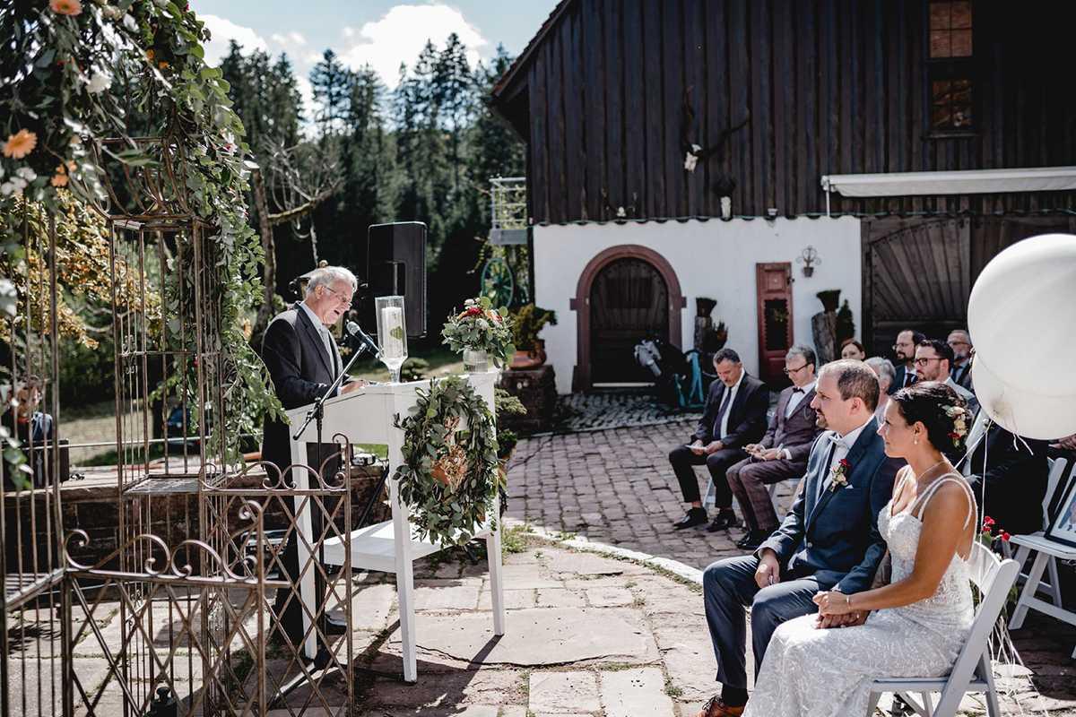 Brautpaar bei der freien Trauung im Hofgut Bärenschlössle