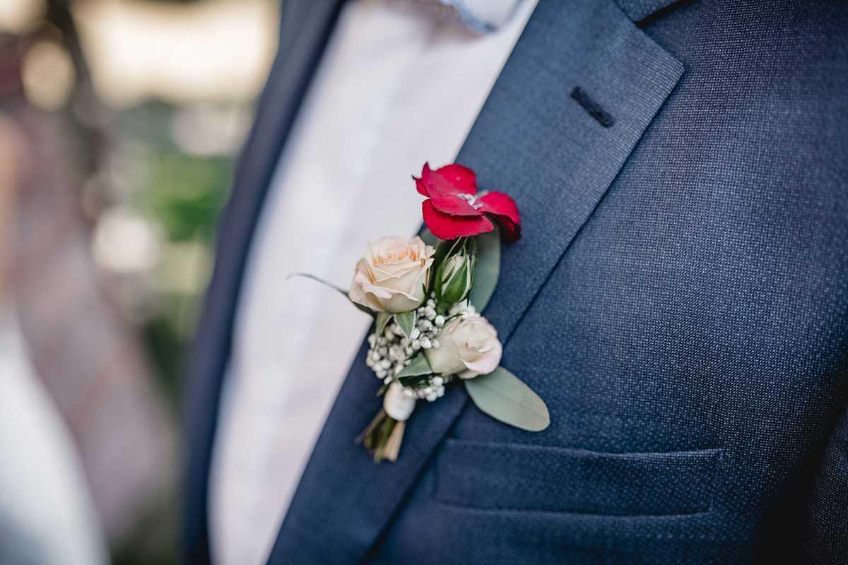 Blauer Hochzeitsanzug mit Anstecker