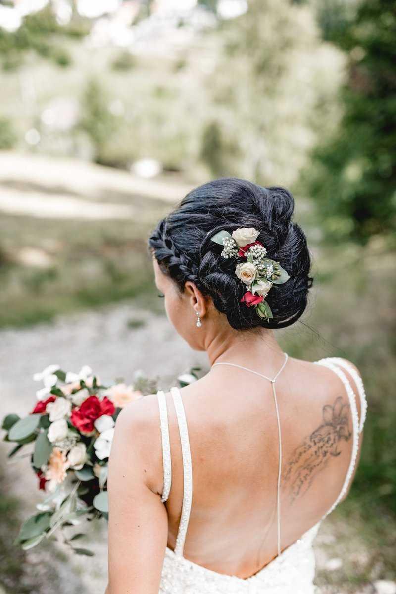 Brautfrisur mit Blumenschmuck