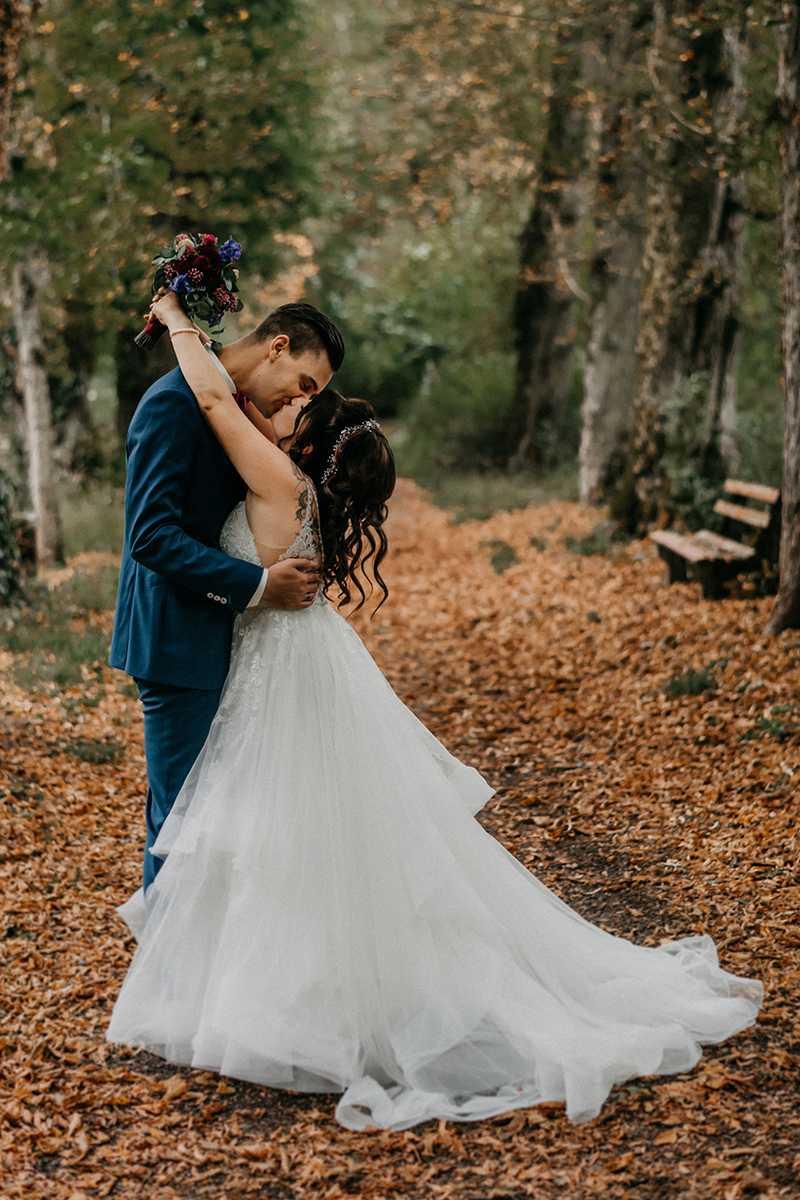 Küssendes Brautpaar beim Paarshooting im Park Kurfürstensaal Bad Imnau