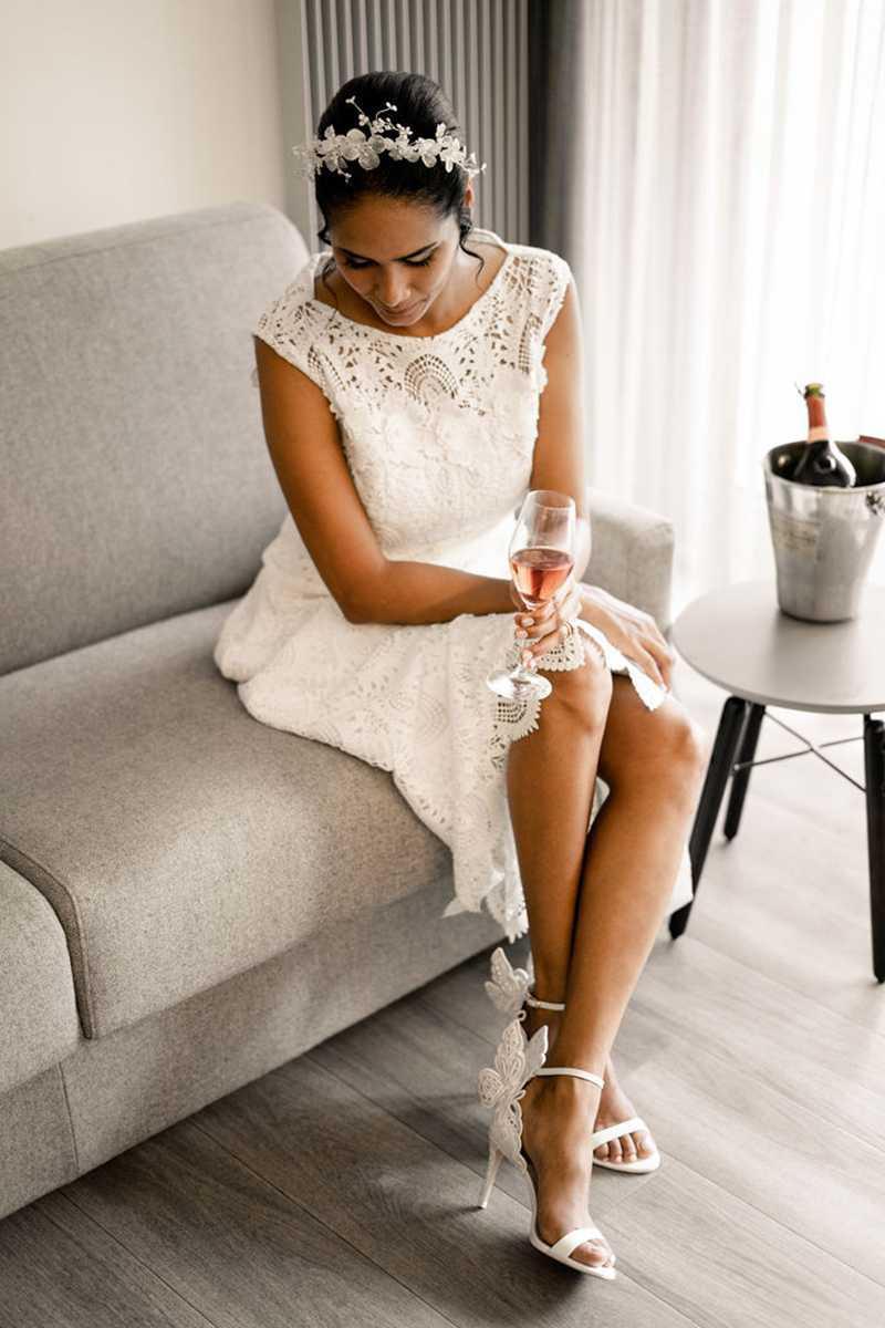 Braut mit Champagner beim Getting Ready