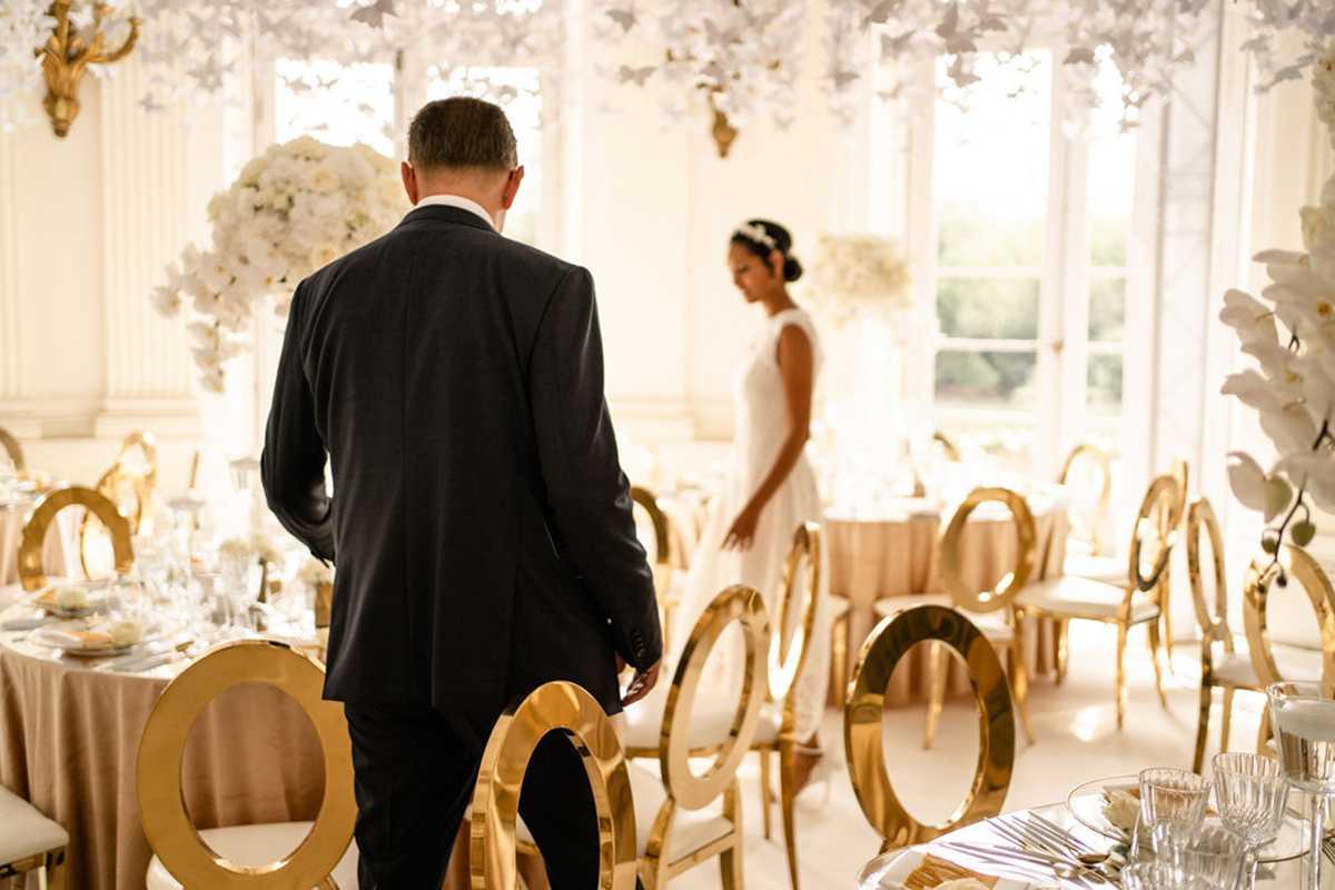 Brautpaar bewundert den dekorierten Kuppelsaal im Seeschloss Monrepos