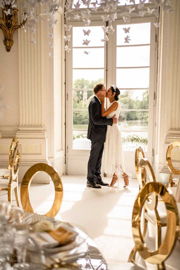 Küssendes Brautpaar im Kuppelsaal Seeschloss Monrepos