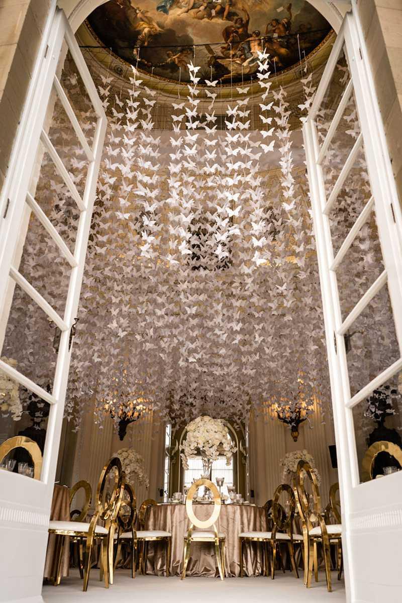 Dekorierter Kuppelsaal mit Origami-Schmetterlingen