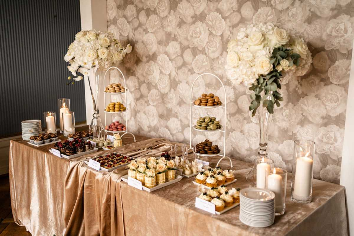 Sweet Table mit Cupcakes und Macarons