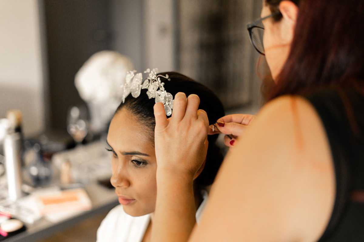 Braut mit Haarschmuck beim Getting Ready