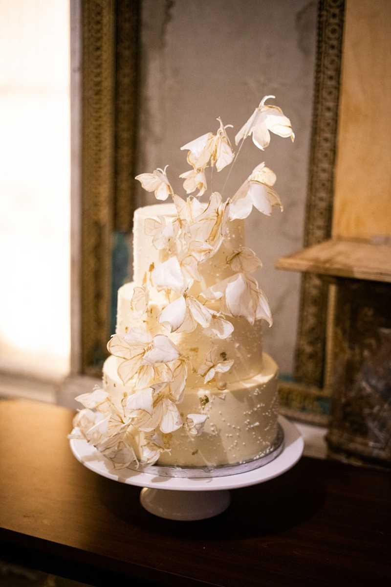 Mehrstöckige Hochzeitstorte mit Schmetterlingen