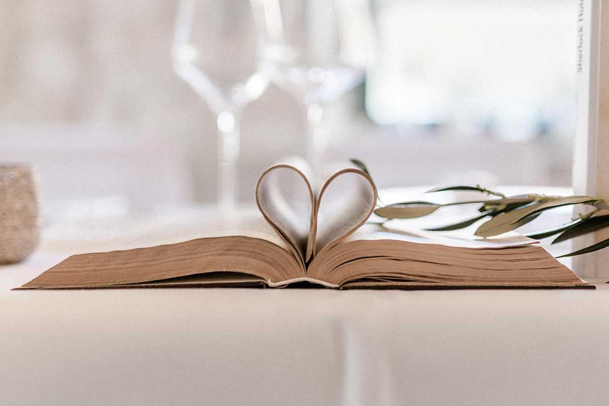 Tischdekoration im Vintage Stil altes Buch in Herzform