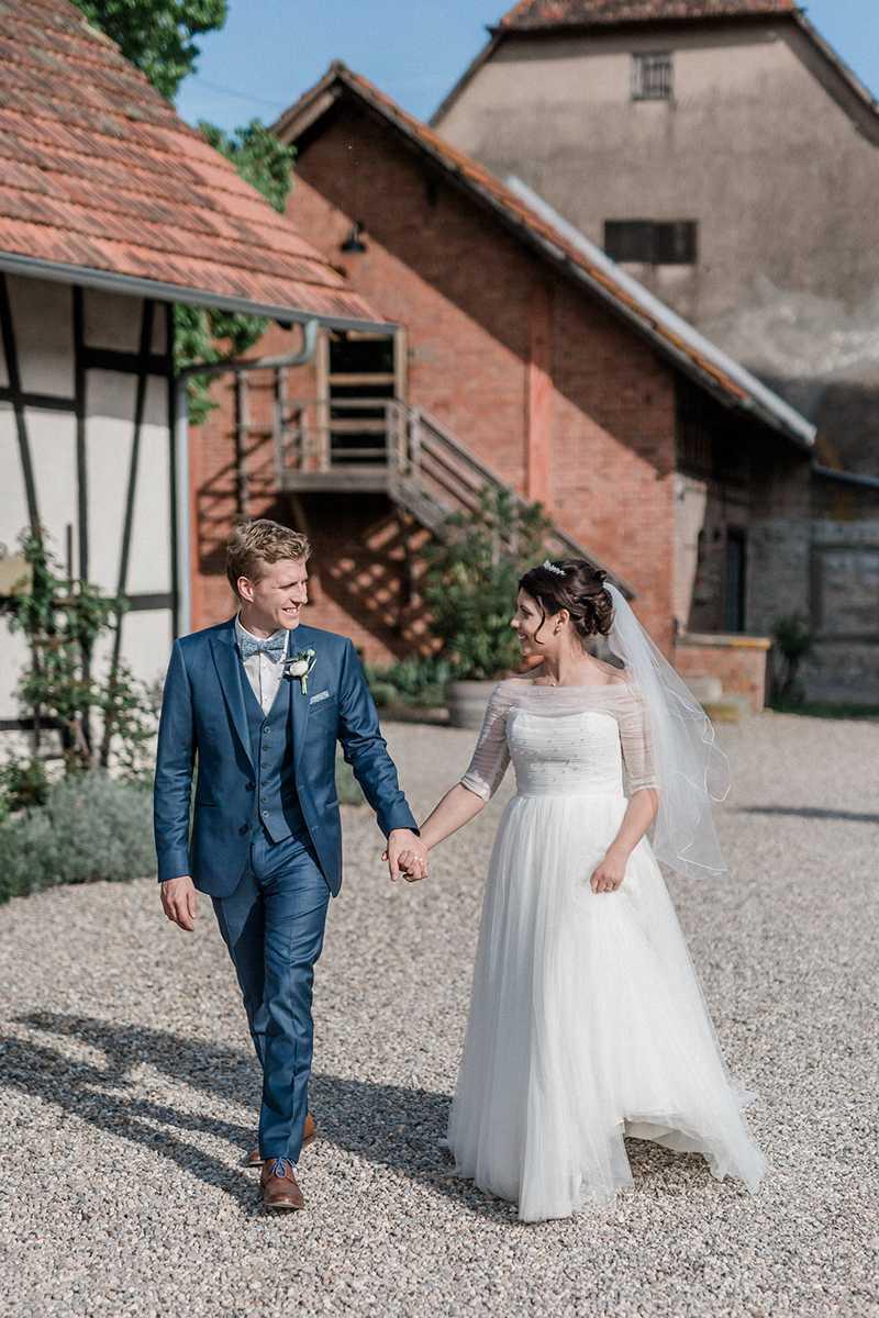 Braut und Braeutigam beim Paarshooting auf dem Weingut Steinbachhof