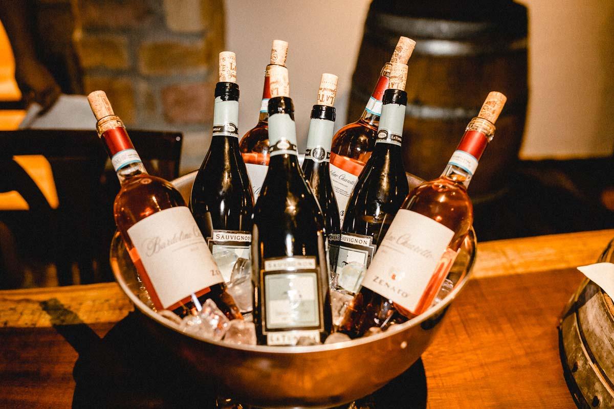 Weinflaschen auf Eis bei einer Weinverkostung