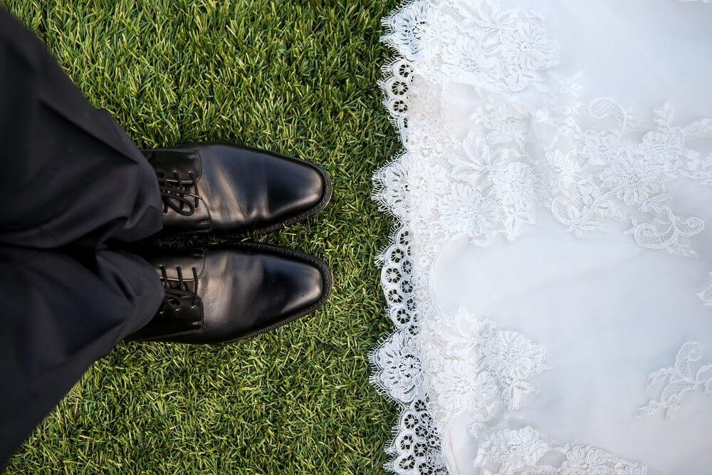 Brautpaar auf Rasen Fußball