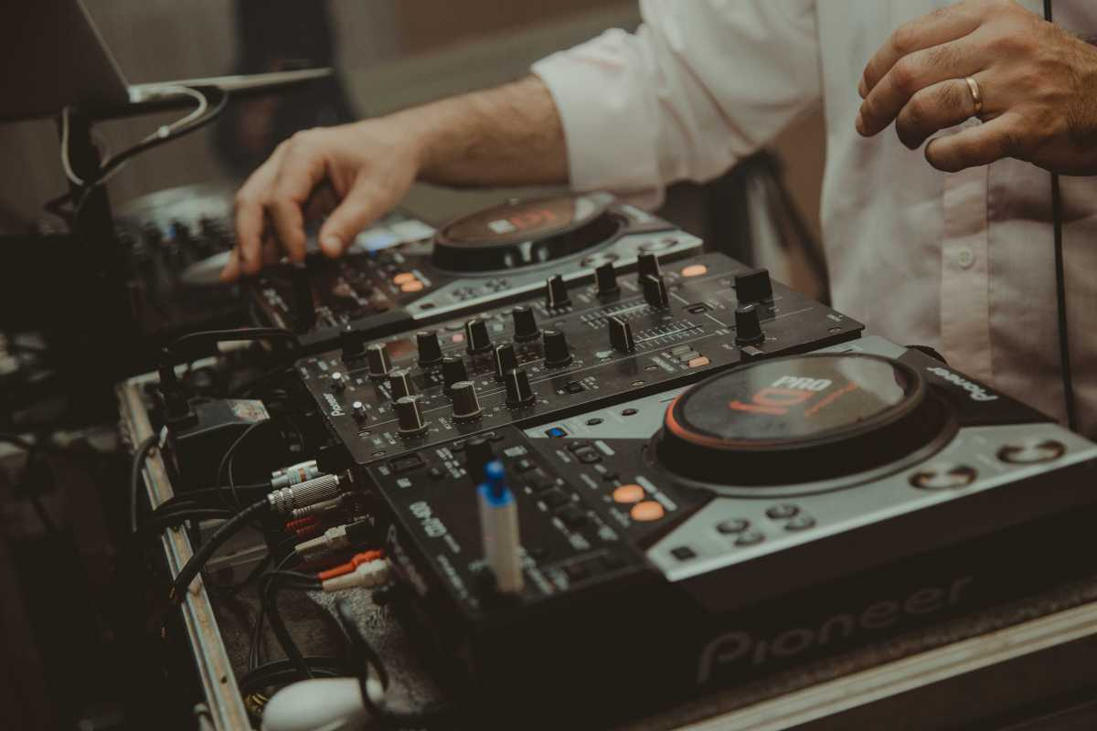 Hochzeits-DJ mit DJ-Pult