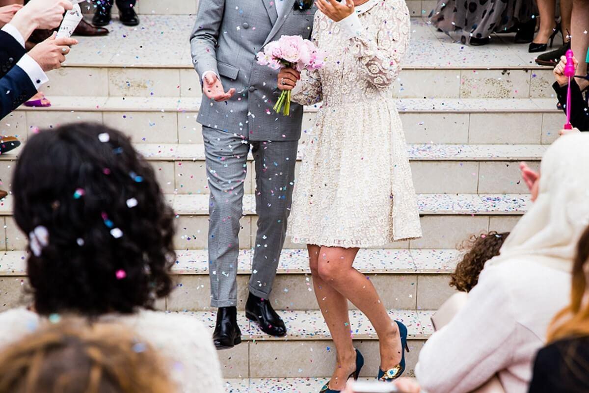 Brautpaar mit Konfetti nach der standesamtlichen Trauung