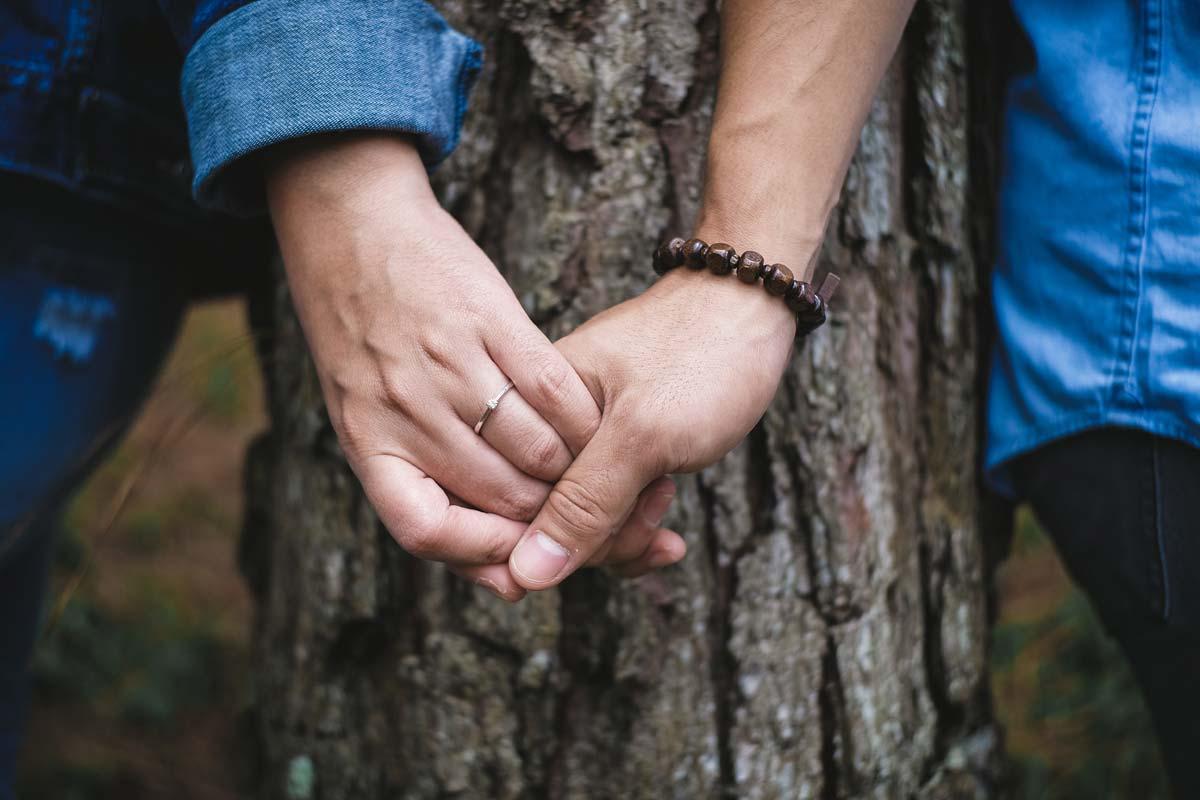 Paar beim Verlobungsshooting Hochzeitsplanung