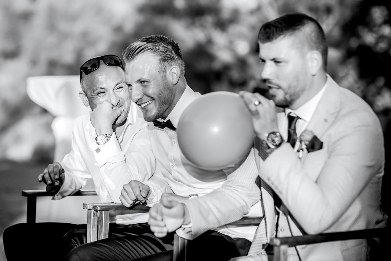 Braeutigam und Gaeste bei einem Hochzeitsspiel mit Luftballon